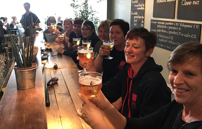dames genieten van city beer golf